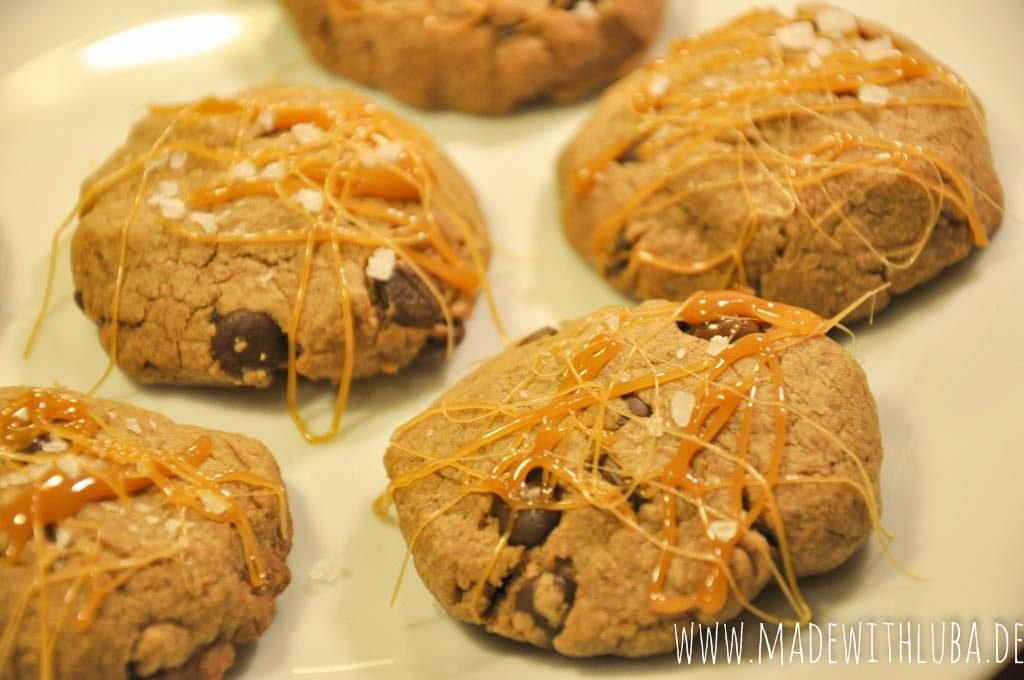 Schoko Karamell Kekse serviert auf einem Teller