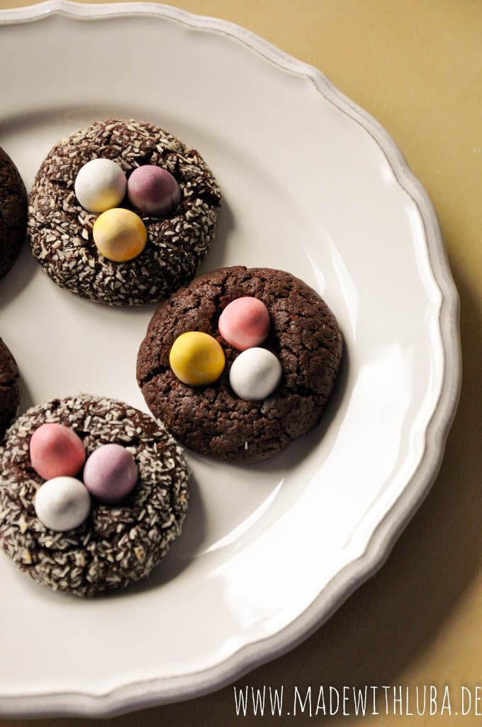 Fertige Ostereier Kekse auf einem Teller