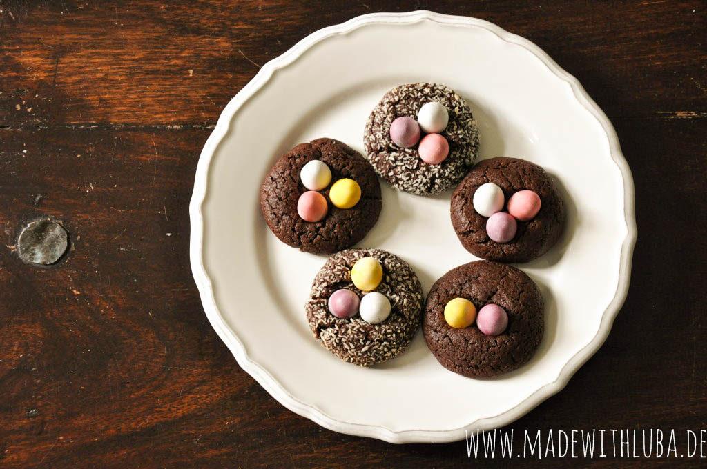 Schokoladige Kekse mit pastellfarbigen Schokoeiern.