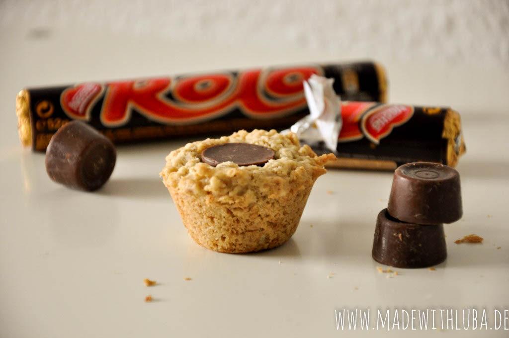 Rolo Keks mit Rolo Schokolade im Hintergrund