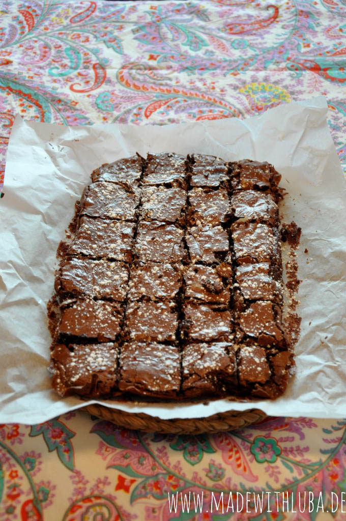Fertig gebackene Brownies mit Puderzucker