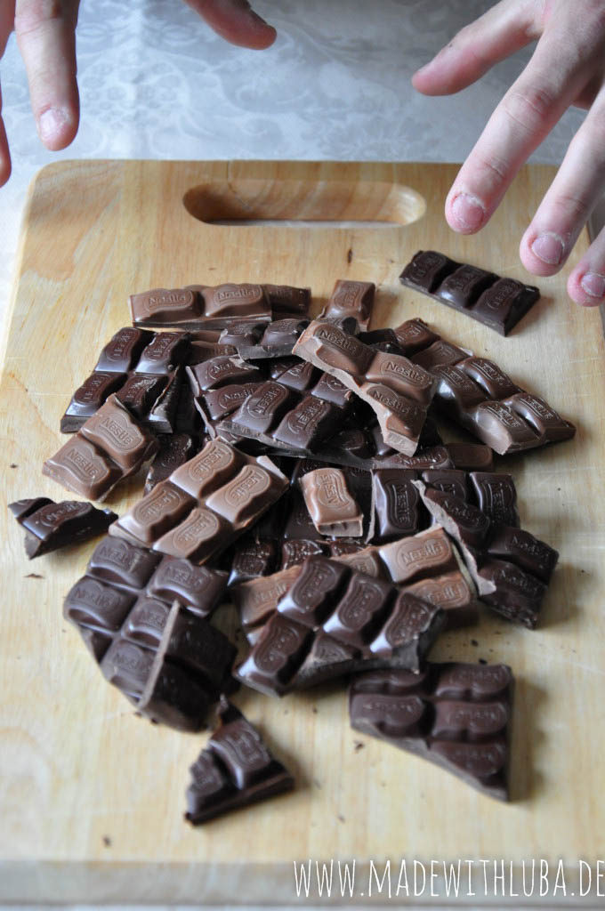 Vollmilch- und Zartbitterschokolade auf hölzernem Untergrund