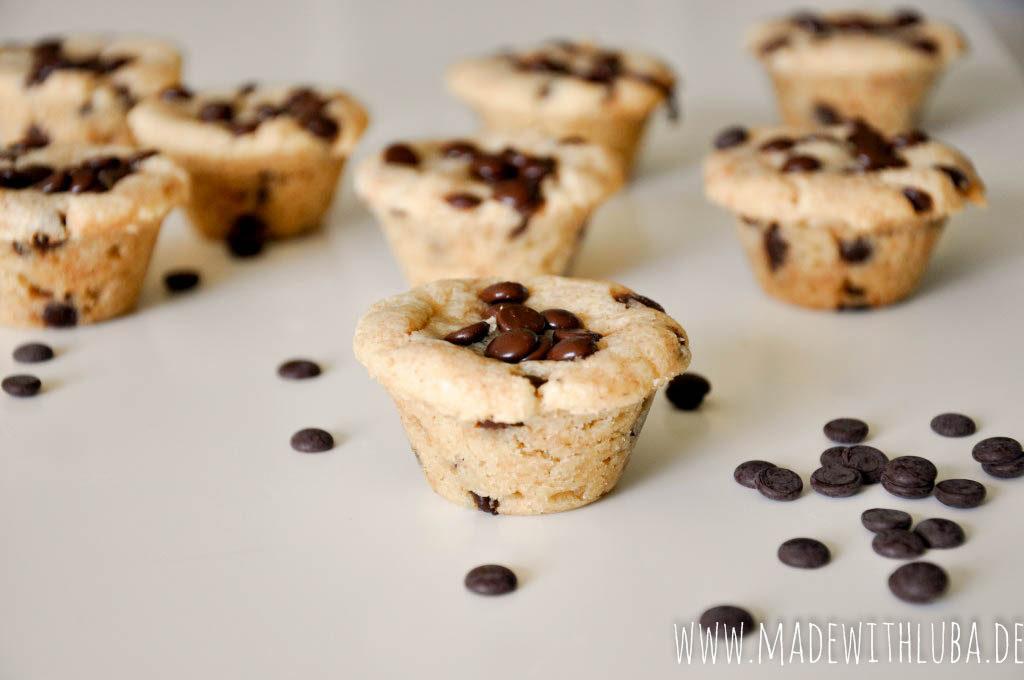 Viele Erdnussbutter Kekse auf weißem Untergrund