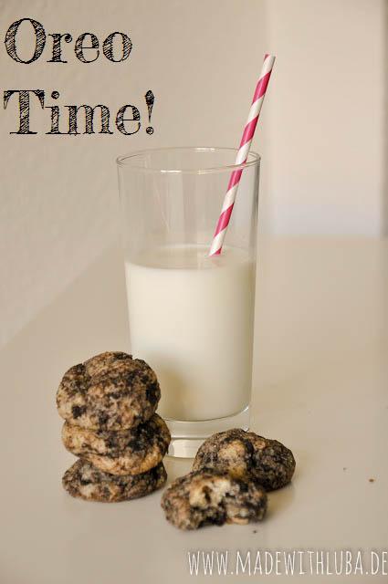 Oreo Kekse mit einem Glas Milch im Hintergrund