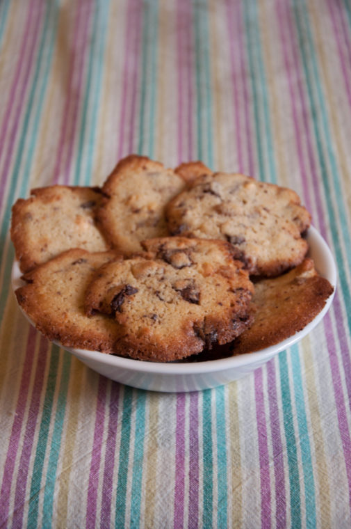Kekse mit weißer und brauner Schokolade
