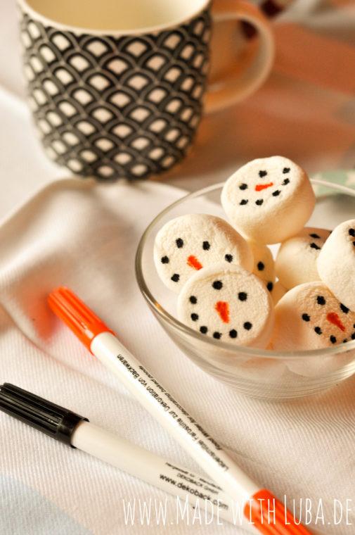 Heiße Schokolade mit Schneemann-Marshmallows