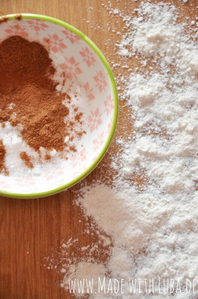 Zucker und Zimt in einem Schälchen