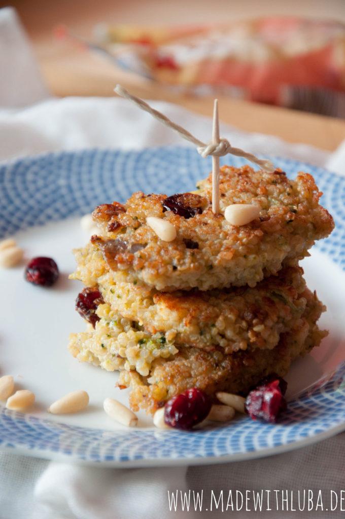 Quinoa Puffer auf einem Teller