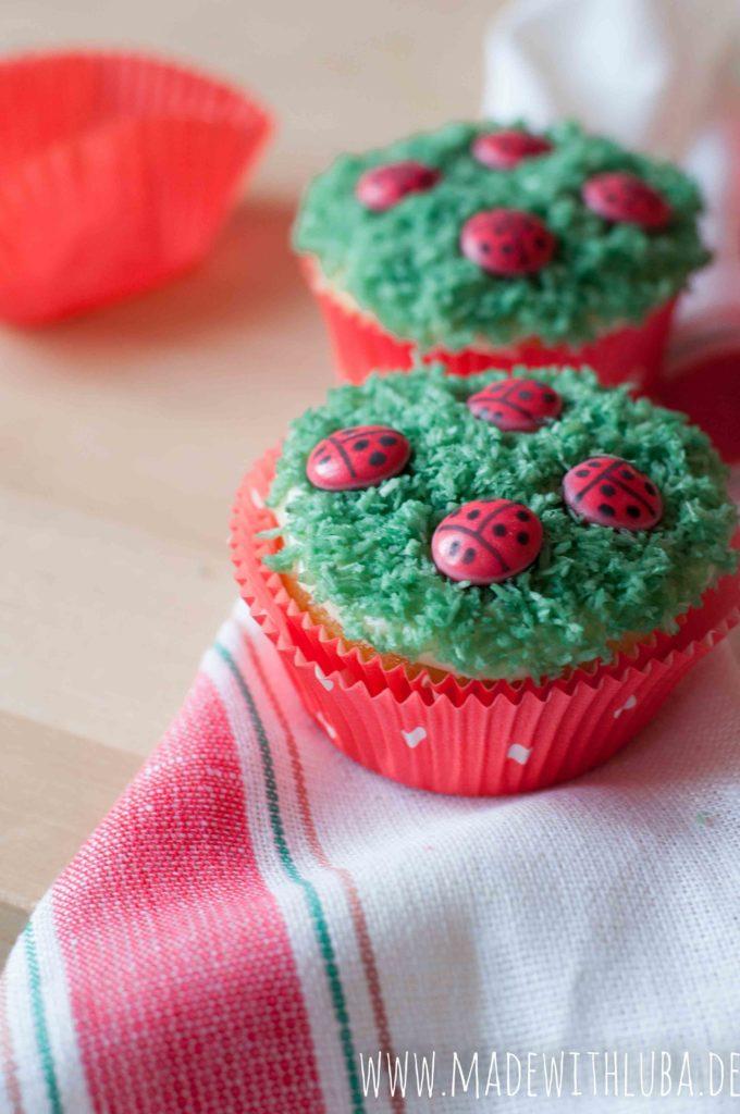 Marienkäfer Cupcakes auf einem Geschirrtuch Nahaufnahme