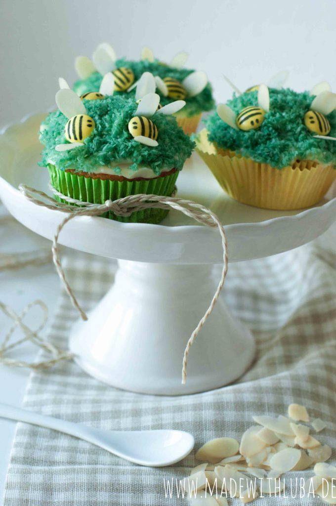 Drei Bienchen Cupcakes auf einer Etagere
