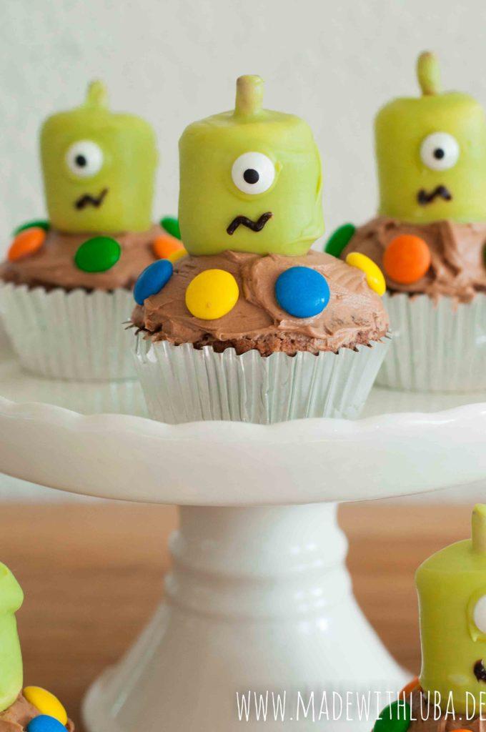 Drei Marshmallow Alien Cupcakes auf einer Etagere