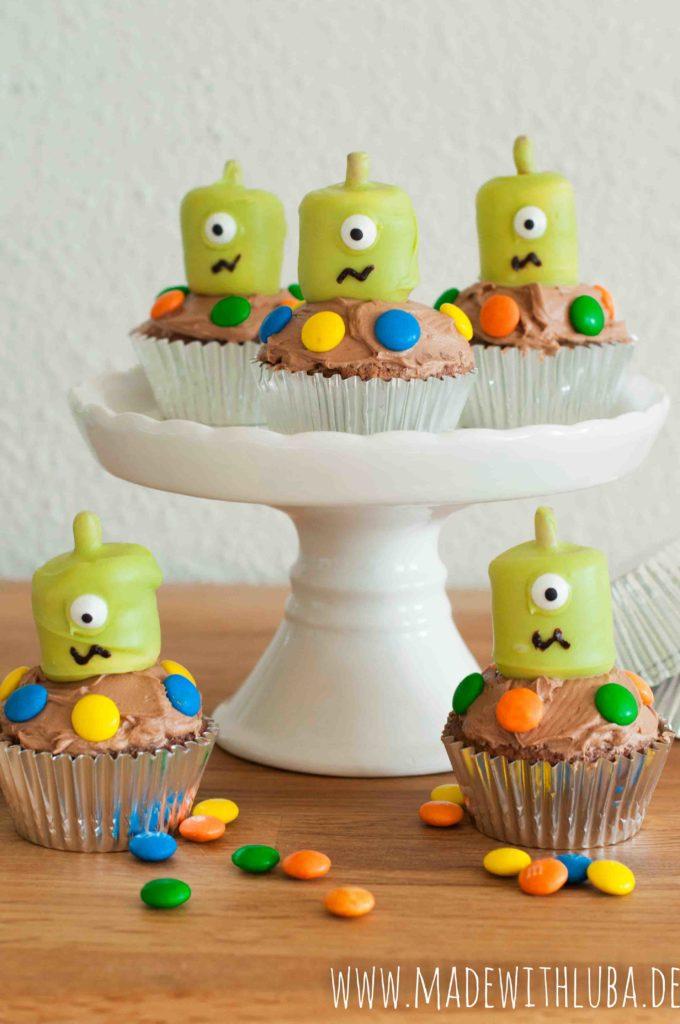 Ganzaufnahme der Alien Cupcakes mit Smarties