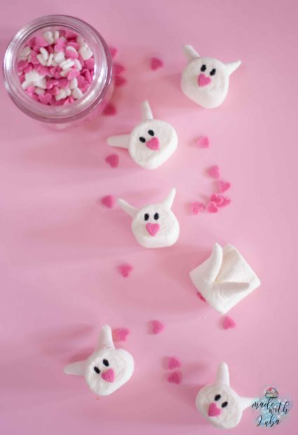 Marshmallow Häschen auf rosafarbenen Untergrund Ansicht von oben