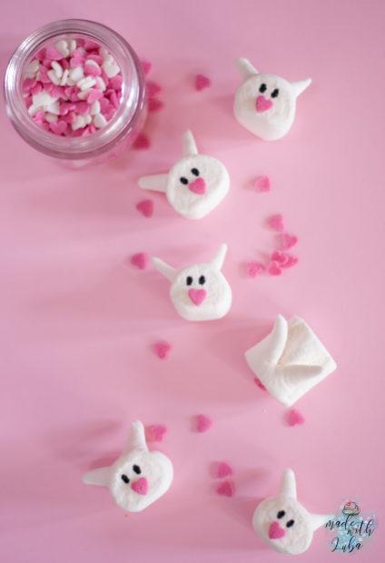 Marshmallows Häschen auf rosafarbenem Untergrund