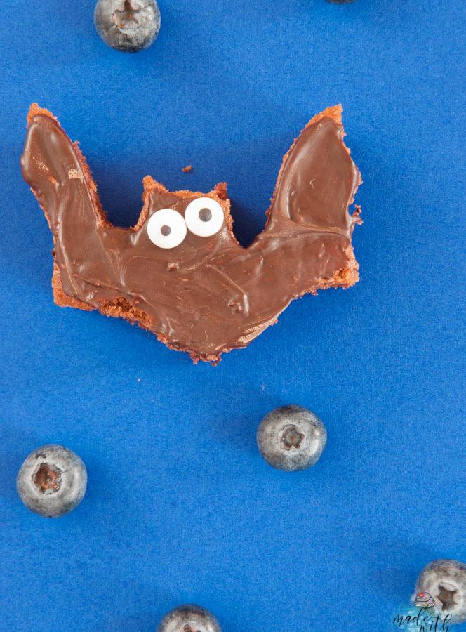 Schokoladen-Fledermäuse mit Blaubeeren – Ein leckerer Snack für deine Halloween Party