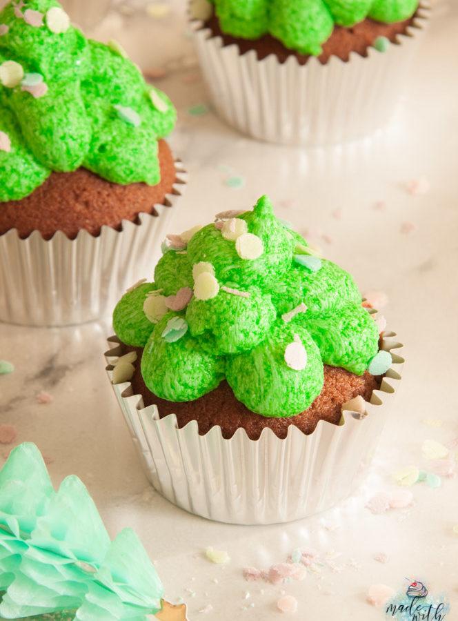 Weihnachtsbaum-Cupcakes mit essbarem Konfetti!