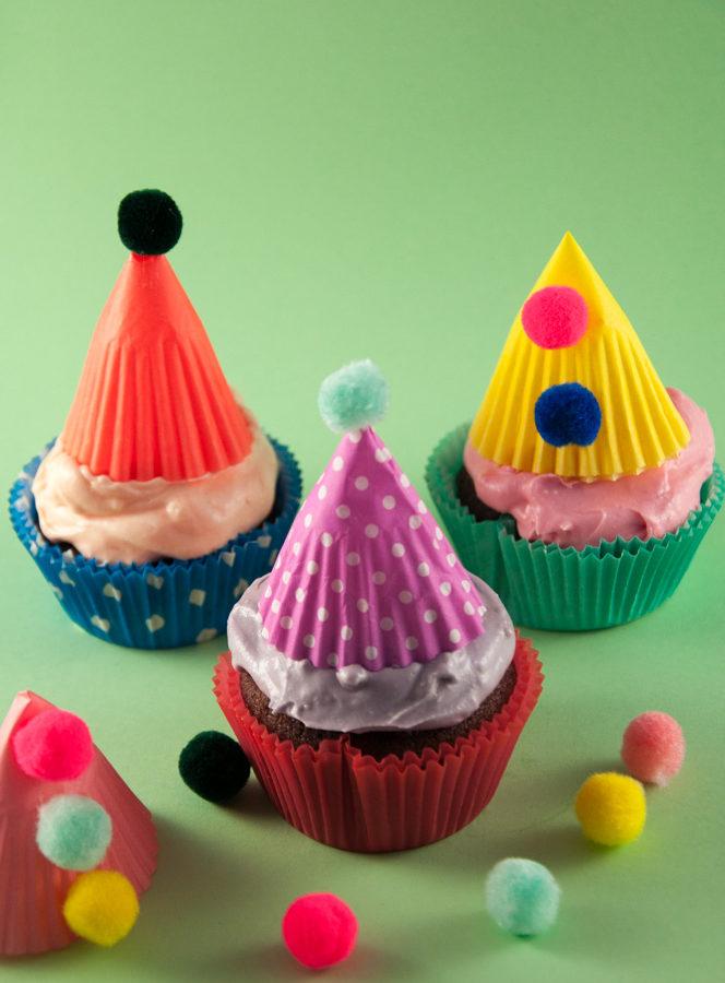 Fasching-Cupcakes mit bunten Clowns-Hütchen