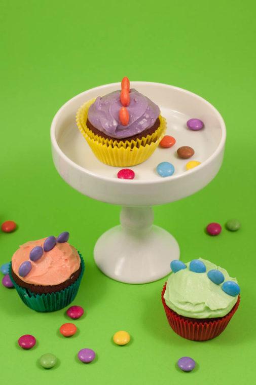 Dinosaurier Cupcakes mit bunten Smarties – Mein Gastbeitrag bei Balloonas