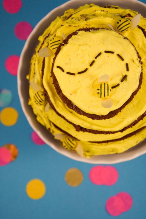 Bssss – Bienenstock-Kuchen mit Smarties-Bienchen