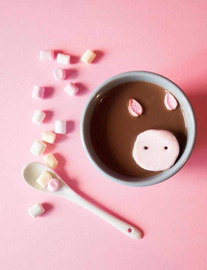 Anzeige: Heiße Schokolade mit Marshmallow-Schweinchen – ein köstlicher Trinkgenuss!